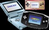 De verschillende types: De <a href = http://www.mariogba.nl/gameboy-advance-spel-info.php?t=Game_Boy_Advance_SP target = _blank>GBA SP</a> (blauw), de <a href = http://www.mariogba.nl/gameboy-advance-spel-info.php?t=Game_Boy_Micro target = _blank>GB Micro</a> (roze) en de standaard GBA (zwart).