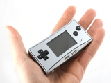 De Game Boy Micro is zo klein; hij past in de hand. Het is een <a href = http://www.mariogba.nl/gameboy-advance-spel-info.php?t=Game_Boy_Advance target = _blank>Game Boy Advance</a> maar dan heel klein.
