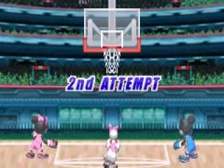 Minnie probeer voor een tweede maal een punt te scoren door de basketbal in de hoop te werpen.