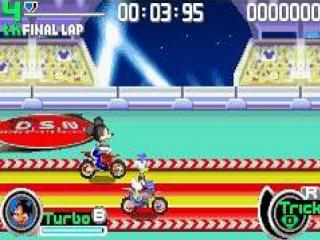 Zowel snelheid als het uitvoeren van stunts zijn belangrijk om punten te scoren en het spel te winnen.