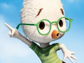Samen met zijn vrienden probeert Chicken Little het dorp te redden van een invasie door aliens.