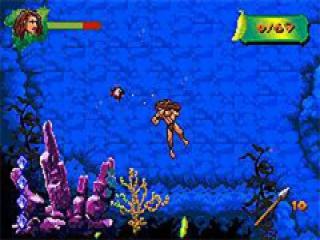 De volwassen Tarzan bekijkt de schatten onder water.
